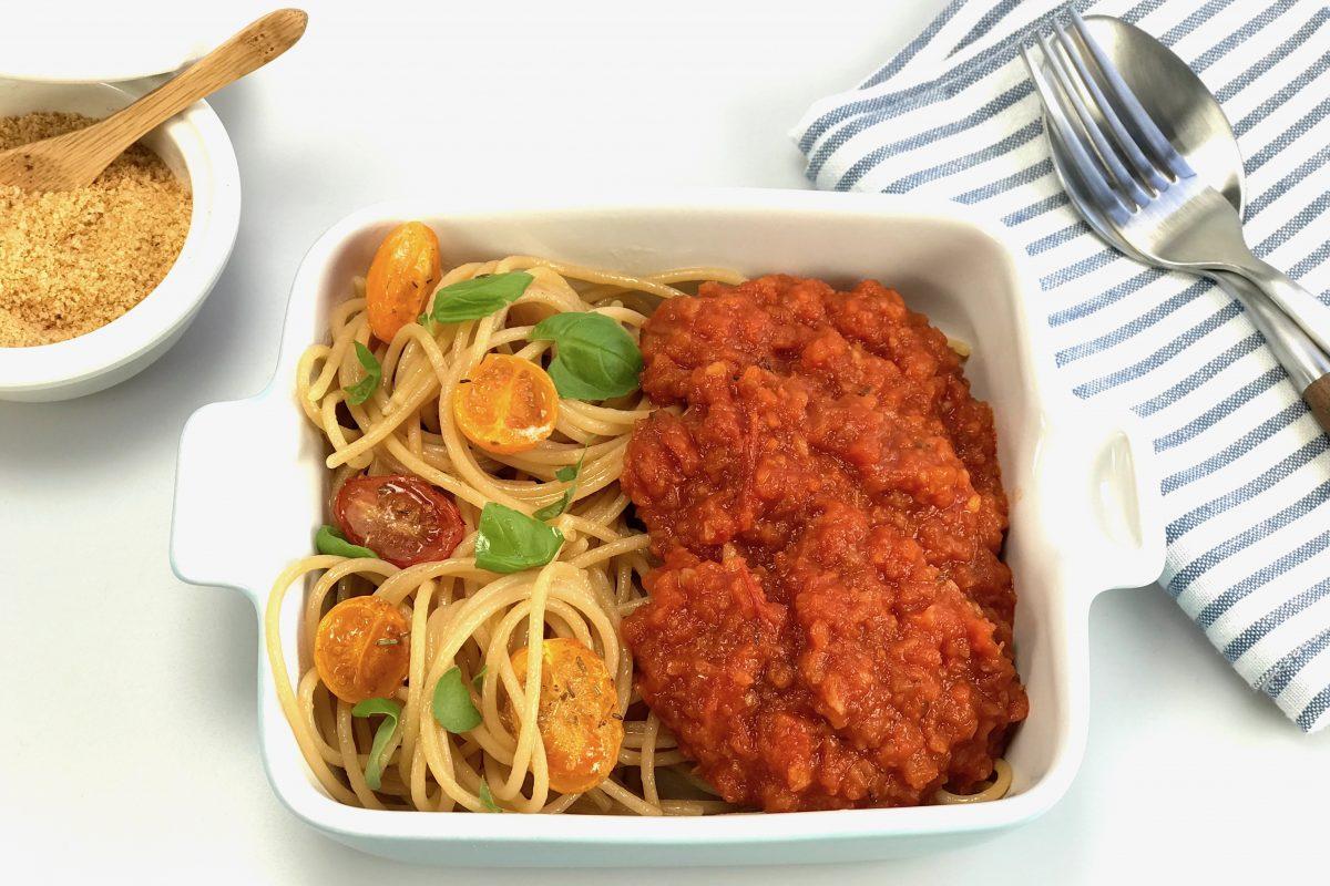 Foodsoul, Thermomix, Thermomix TM5, bolognese saus, vegan, vegetarische pasta saus, vegan pasta saus, vegan spaghetti saus, vegetarische pasta saus, vegetarische spaghetti saus, bolognaise saus, bolognese saus, pasta saus, spaghettie saus, recept, gezonde recepten, koolhydraatarm, linzenpasta, tomaat, tomatensaus, wortel, peterseliewortel, bleekselder,